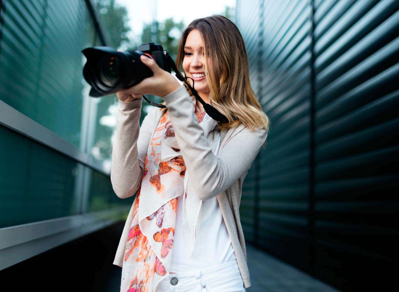 woman-is-a-professional-photographer-with-dslr-cam-B3XUS4E.jpg